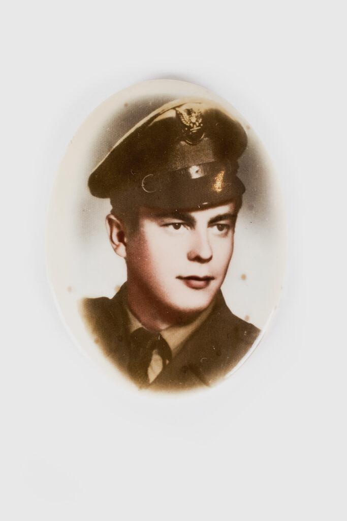 MMG/HM/III/3174 Lusterko zimitacją fotografii ceramicznej żołnierza. Przedstawiaja Zygmunta Polito, któryzginął 17 grudnia 1970 wdrodze dopracy wStoczni im.Komuny Paryskiej, lata 60. XX w., 7, 2 x 5,4 cm