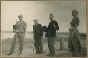 Fotografia, Tadeusz Wenda zsynem Januszem irodziną nabrzegu morza, 1930-1935, papier, zezbiorów prywatnych