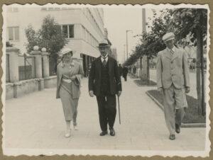 Fotografia, Tadeusz Wenda zcórką Marią isynem Januszem naulicy 10 lutego wGdyni, 1936-1937, papier, zezbiorów prywatnych