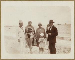 Fotografia, Tadeusz Wenda zrodziną iznajomymi nagdyńskiej plaży, lato 1928, papier, zezbiorów prywatnych