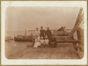 Fotografia, Tadeusz Wenda zrodziną namolo przystani Tymczasowego Portu Wojennego iSchroniska dla Rybaków, 1922, papier, zezbiorów prywatnych