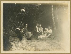 Fotografia, Tadeusz Wenda zrodziną wlesie podChotomowem k. Warszawy, 1929, papier, zezbiorów prywatnych