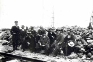 Fotografia, inżynierowie budujący Port Tymczasowy wGdyni (Tadeusz Wenda trzeci odprawej), 1922-1923, negatyw szklany, zezbiorów Muzeum Miasta Gdyni, sygn. MMG/HM/II/1541/5